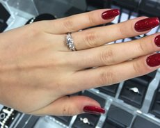 Graduated Round Cut Three Stone Diamond Engagement Ring MD010